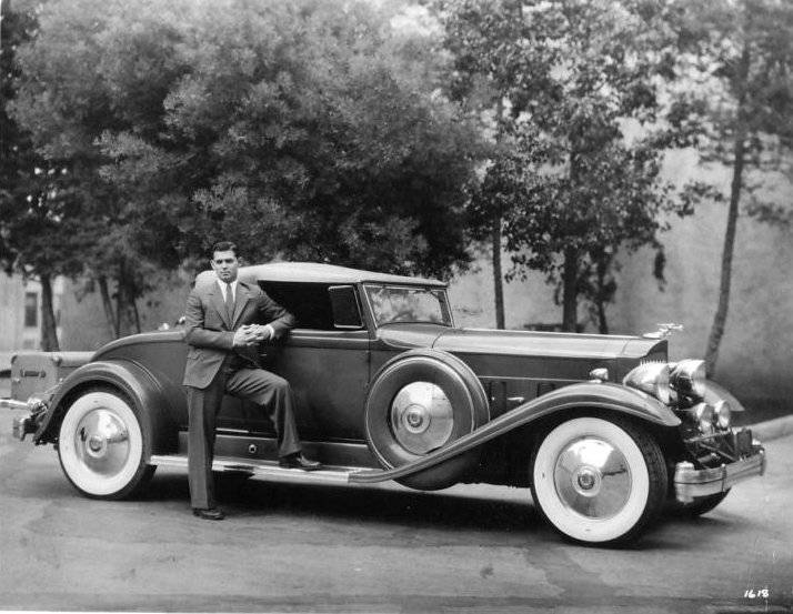 01ClarkGablewithhis1932Packard.jpg
